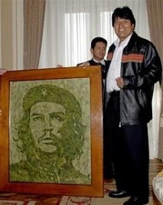 Evo con el retrato del Che configurado con hojas de coca.